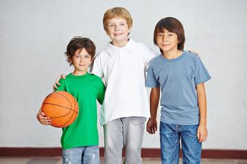 Kinder mit Ball in Schule