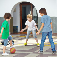 Kinder spielen mit Ball auf Schulhof