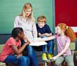 Schüler zeigen auf Heft im Unterricht