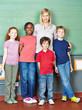 Lehrer und Schüler vor Tafel