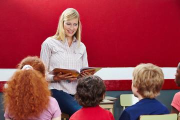 Lehrer liest aus Buch vor im Unterricht