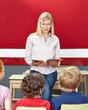 Lehrer mit Buch macht Unterricht in Schule