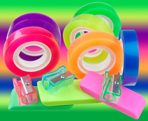 adhésifs fluo, gommes et taille-crayons