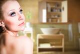 junge attraktive Frau vor Badezimmer-Hintergrund
