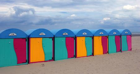 Cabines de plage en couleurs.