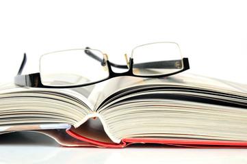 Offenes Buch mit schwarzer Nerd Brille