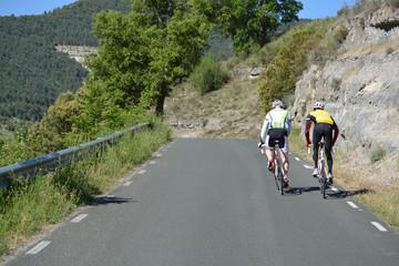 dos ciclistas subiendo un puerto de montaña