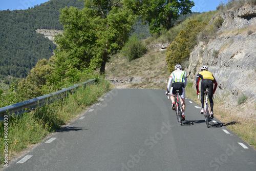 Aluminium Wielersport dos ciclistas subiendo un puerto de montaña
