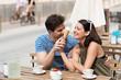 junges paar isst eis in einem café - 66092350