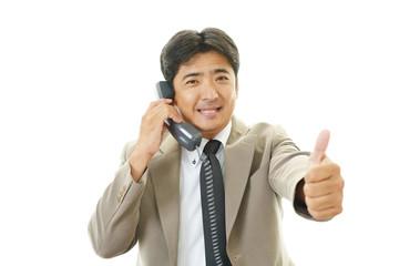 電話対応をするビジネスマン