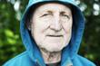 sportlicher Senior mit Kapuzenjacke