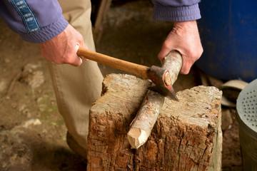 cortando leña con un hacha