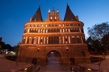 Lübeck Holstentor Stadtseite bei Nacht