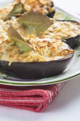 Berenjenas rellenas de langostinos y gratinadas con queso