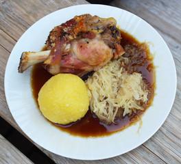 Fränkische Schweinshaxe mit Kloß und Sauerkraut