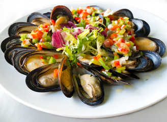 Mussels with vinaigrette peppers.