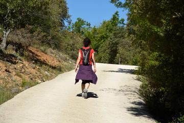 mujer caminando en soledad por la ruta del cañon del ebro