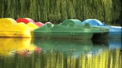 Tretboote auf einem Teich