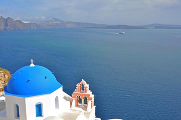kleine kirche mit blauem dach auf santorin, griechenland