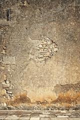 parete con intonaco sgretolato