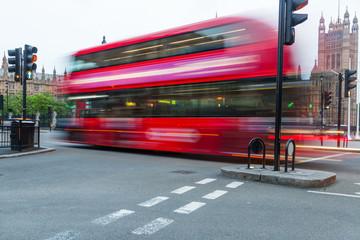 Doppeldecker-Bus in London in Bewegungsunschärfe