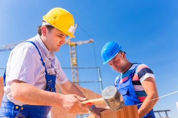 Zwei Bauarbeiter auf einer Baustelle