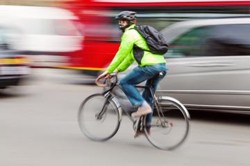 Fahrradfahrer im dichten Stadtverkehr