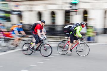 Pulk Radfahrer in Bewegungsunschärfe