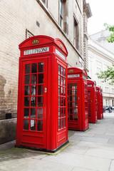 vier rote Telefonzellen in London