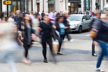 Menschen unterwegs im Einkaufsstress