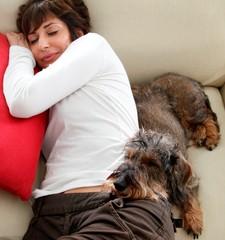 A riposo donna e cane bassotto
