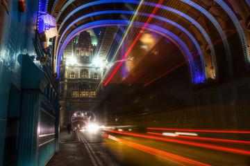 nächtlicher Verkehr auf der Tower Bridge