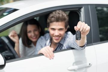 mann zeigt autoschlüssel