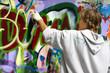 Jugendlicher beim Graffiti sprühen