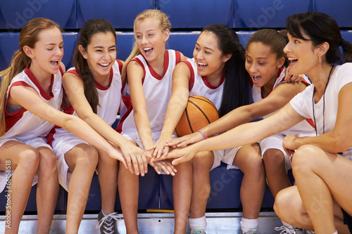 Fotografiet Coach Of Female High School Basketball Team Gives Team Talk