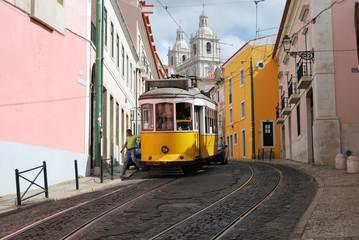 Tramway dans le quartier de l'Alfama, Lisbonne, Portugal