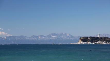 富士山と湘南江ノ島(相模湾の青い海からpan サーフィンを楽しむ人々)