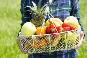 果物を持つ