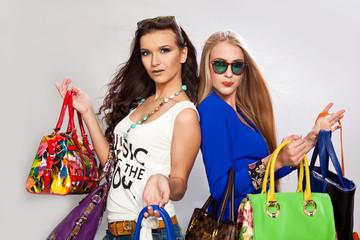 Модные девушки с яркими сумками
