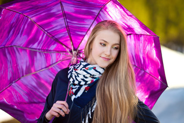 Красивая девушка с ярким зонтом