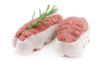 deux rôtis de veau crus bardés sur fond blanc