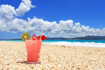 美しいビーチとトロピカルドリンク