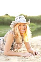 Frau mit Cowboyhut am Strand