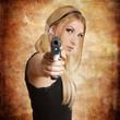 wunderschöne sexy Frau hält eine Waffe
