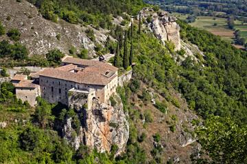 convento su sperone di roccia