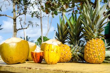 Karibische Strandbar: Ananas, Kokosnuss und Kakaofrucht :)
