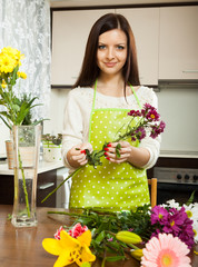 housewife doing  bouquet on   table