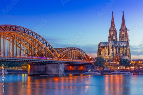 Leinwanddruck Bild Kölner Dom und Hohenzollernbrücke bei Nacht