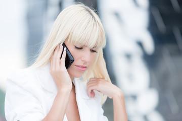 Junge Frau hört zu am Telefon