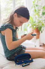 Mädchen mit Insulinspritze
